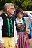 Två pensionärer i traditionell folkdräkt Royaltyfria Bilder