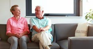 Två pensionärer som har diskussion tillsammans lager videofilmer