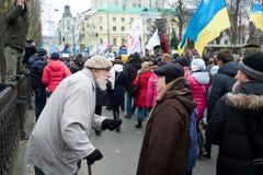 Två pensionärer som talar om politik på anti--regering demonstration under deneuropé protesten royaltyfria bilder