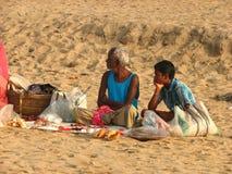 Två personer av den Puri stranden i Indien Arkivfoton