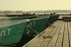 Två personer i fartyget som har förtöjt till pir Fotografering för Bildbyråer