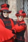 Två personer maskerade under karnevalet i Venedig arkivfoton