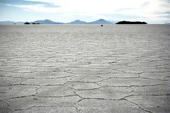 Två personer på yttersidan av Salt Lake av Uyuni i Bolivia Arkivfoton