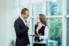 Två personer som diskuterar upp slut för affärsfråga, Businesspeoplehav arkivbild
