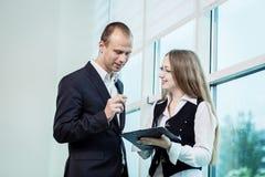 Två personer som diskuterar upp slut för affärsfråga, Businesspeoplehav royaltyfri foto