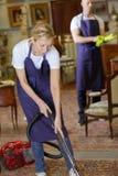 Två personer som gör ren huset Royaltyfri Foto