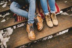 Två personer som sitter på den amerikanska stilfilten på trätrappan Arkivbilder