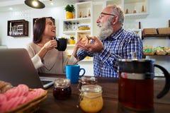 Två personer som skrattar och ser de, när äta macaro Royaltyfri Bild