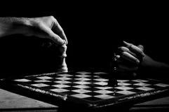 Två personer som spelar schack royaltyfria bilder