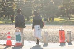 Två personer som tillsammans går på vägen royaltyfri foto