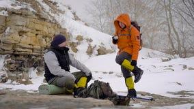 Två personer som vilar, når Trekking stock video