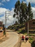 Två peruanska kvinnor på gatorna av Chinchero Royaltyfri Fotografi