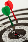Två pilar på en dartboard royaltyfri foto