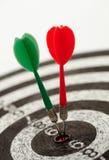 Två pilar på en dartboard Arkivfoton