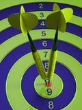 Två pilar som slår bullseyesyftet begrepp av illustrationen för framgång 3d Royaltyfri Fotografi