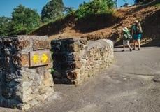 Två piligrims går på den StSantiago vägen, norr Spanien Royaltyfri Foto