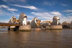 Två pir av Themsenbarriär i Woolwich, London, Förenade kungariket Royaltyfri Foto