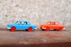 Två plast- bilar Arkivfoto