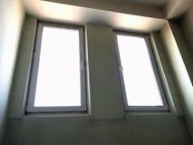 Två plast- stängda fönster från inre rummet royaltyfri fotografi