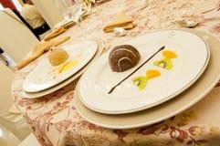 Två plattor av läcker mus av choklad och vanilj royaltyfria bilder