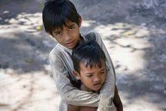 Två pojkar i den Lolei byn, Cambodja Arkivbild