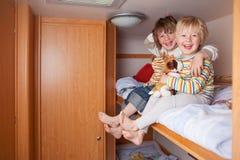 Två pojkar i en husvagn Arkivbild