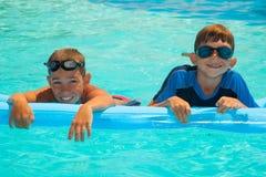 Två pojkar i simbassängen 1 Royaltyfri Bild