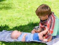 Två pojkar i trädgård Arkivbild