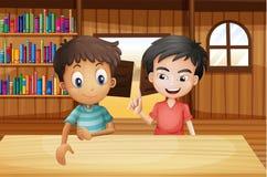 Två pojkar inom salongstången med böcker Arkivbild