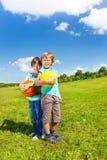 Två pojkar med bollen Arkivfoton