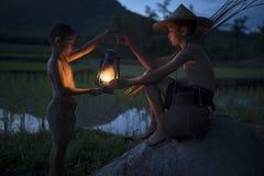 Två pojkar med lampan Arkivfoton