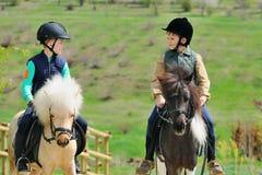 Två pojkar med ponnyer Royaltyfri Foto