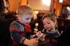Två pojkar med smartphones Royaltyfri Bild