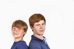 Två pojkar och bröder står tillbaka för att dra tillbaka Royaltyfri Fotografi