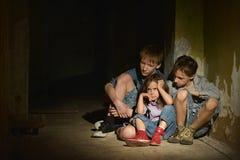 Två pojkar och en flicka Arkivfoton