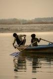Två pojkar som fiskar i Gangesen Arkivbild