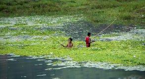 Två pojkar som fiskar i Pokhara Arkivfoton