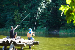 Två pojkar som fiskar på sjön Royaltyfri Fotografi