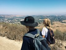 Två pojkar som går på en fotvandra slinga fotografering för bildbyråer