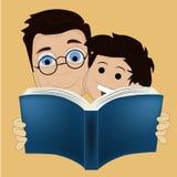 Två pojkar som läser en bok Royaltyfria Foton