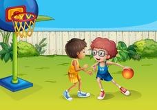 Två pojkar som spelar basket inom staketet stock illustrationer