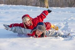 Två pojkar som spelar på vintern, parkerar, utomhus fotografering för bildbyråer