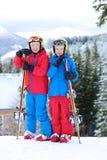 Två pojkar som tycker om vinter, skidar semestern Royaltyfri Fotografi