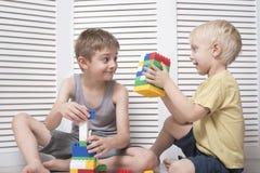 Två pojkar spelar en formgivare Kommunikation och kamratskap royaltyfri fotografi