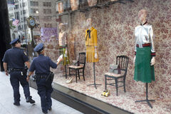 Två poliser går vid tiffanys i New York City Arkivbilder
