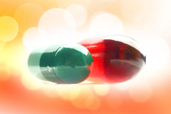 Två preventivpillerar med vitaminer Arkivbild