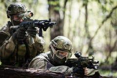 Två prickskyttar på militär operation royaltyfri fotografi