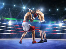 Två professionlboxare slåss på arenan royaltyfria bilder