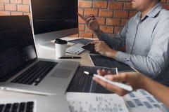 Två programvarubärare analyserar tillsammans om koden som är skriftlig in i programmet på datoren arkivfoton