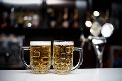 Två rånar av kallt öl royaltyfri fotografi